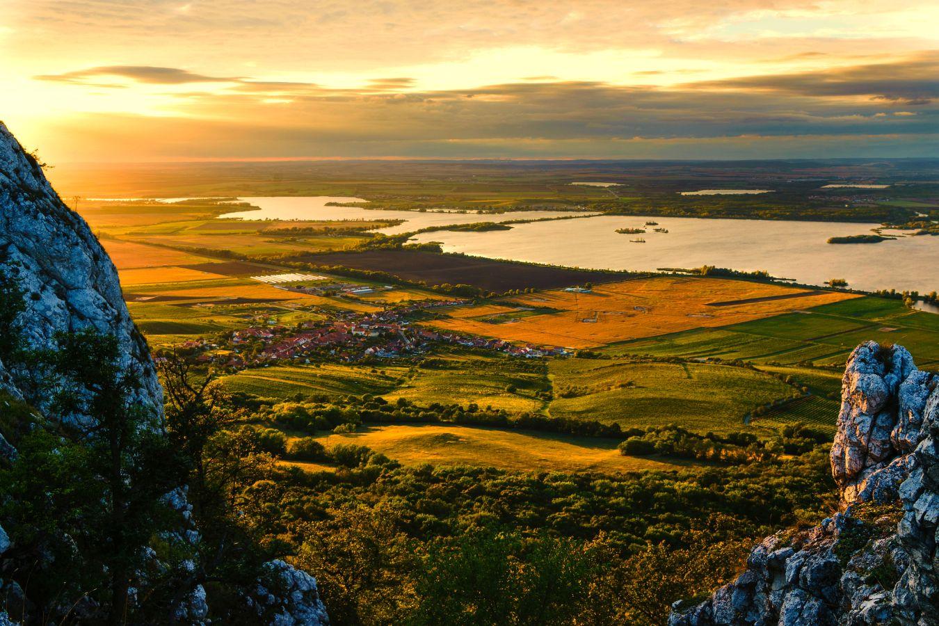 Výhled z kopce Děvín na Pálavu a vodní nádrž Nové Mlýny